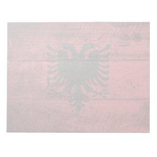 Albanien-Flagge auf altem hölzernem Korn Notizblock