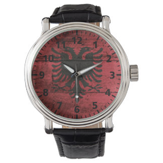 Albanien-Flagge auf altem hölzernem Korn Uhr