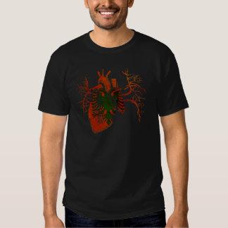 Albanische Flagge im wirklichen Herzen Shirts