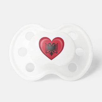 Albanische Herz-Flagge auf Weiß Baby Schnuller
