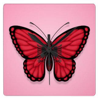 Albanische Schmetterlings-Flagge auf Rosa Wanduhren