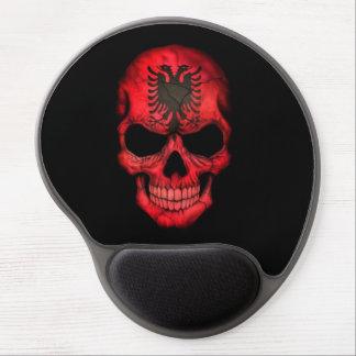 Albanischer Flaggen-Schädel auf Schwarzem