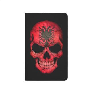 Albanischer Flaggen-Schädel auf Schwarzem Notizbücher