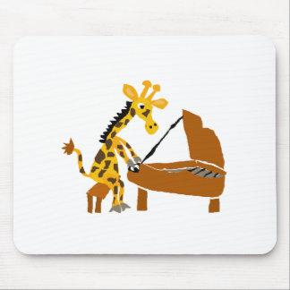 Alberne Giraffe, die das Klavier spielt Mousepad
