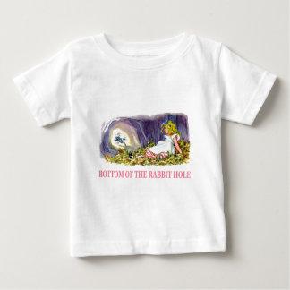 Alice an der Unterseite des Kaninchenlochs Baby T-shirt
