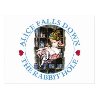 Alice fällt unten der Kaninchenbau nach Postkarte