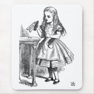 "Alice mit dem ""Getränk ich"" Flasche Mousepads"