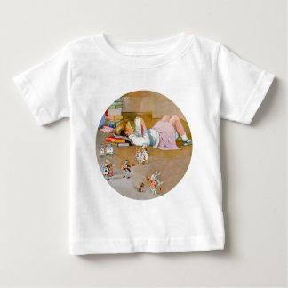 Alice nimmt eine Reise nach Märchenland Baby T-shirt