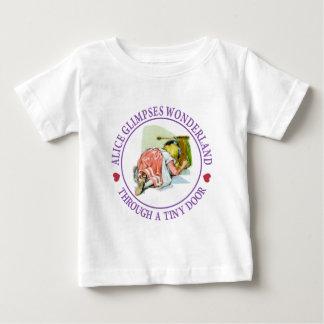 Alice sieht Märchenland durch eine kleine Tür Baby T-shirt