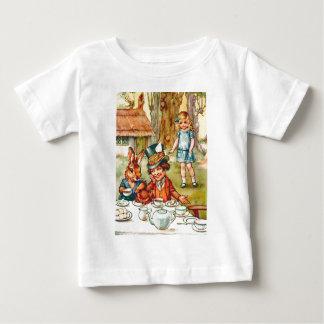 Alice stolpert nach dem wütenden der Tee-Party des Baby T-shirt