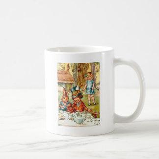 Alice stolpert nach dem wütenden der Tee-Party des Kaffeetasse