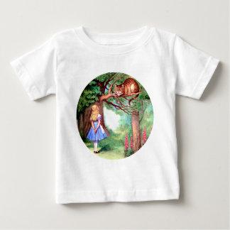 Alice trifft die Cheshire-Katze im Märchenland Baby T-shirt