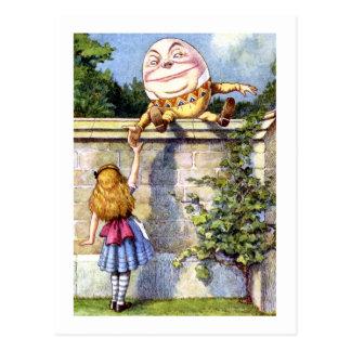 Alice trifft Humpty Dumpty im Märchenland Postkarte