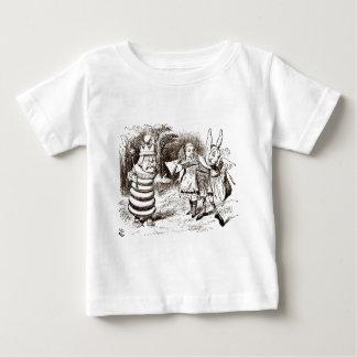 Alice u. der BoteSepia Baby T-shirt