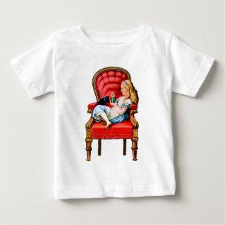 Alice und ihre Katze Dinah im Großen roten Stuhl Baby T-shirt