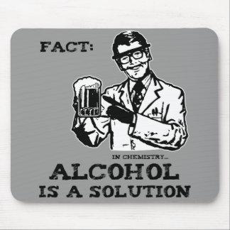Alkohol ist eine Lösung in der Retro Chemie Mauspads