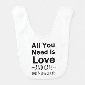 Alle, die Sie benötigen, ist Liebe… und Katzen.  Babylätzchen