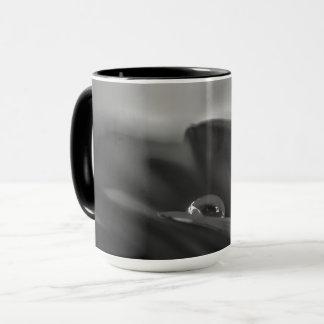 Allein ein Schwarzweiss-Wassertropfen auf Gerber Tasse