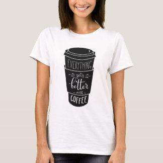 Alles erhält mit Kaffee besser T-Shirt
