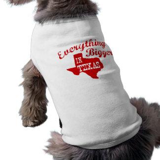 Alles ist im Texas-Staats-Form-Hund größer T-Shirt