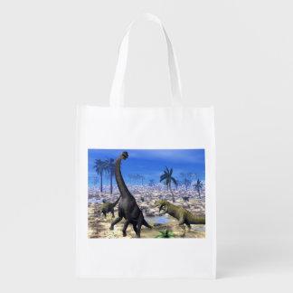 Allosaurus angreifender Brachiosaurusdinosaurier Wiederverwendbare Einkaufstasche