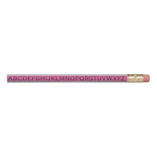 Alphabet auf weißen Streifen auf irgendeiner Farbe Bleistift