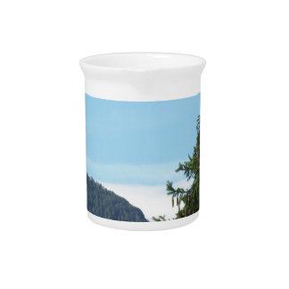 Alpine Landschaft mit grüner Tanne und Wald Getränke Pitcher