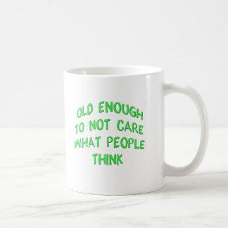 Alt genug zur nicht Sorgfalt, welche Leute Kaffeetasse