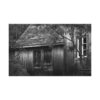 Alte Bretterbude im Wald-schwarzen und im Weiß Leinwanddruck