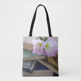 Alte Bücher mit Primeln Tasche