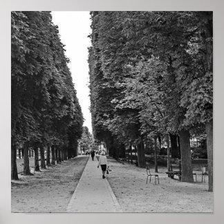 Alte Dame, die am Park in Paris im Sommer geht Poster