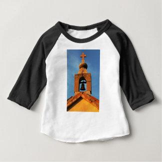 Alte Dorfkirche auf der Insel Pag in Kroatien Baby T-shirt
