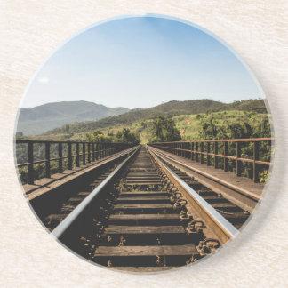Alte Eisenbahnbrücke-Naturlandschaft der Eisenbahn Untersetzer