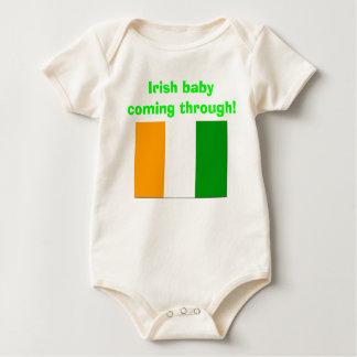 alte Flagge von Irland, irisches Baby, das durch Baby Strampler