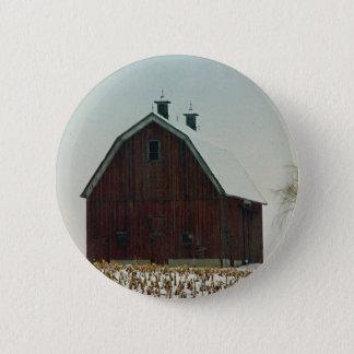 Alte Gambrel Dach-Scheune an einem Snowy-Tag Runder Button 5,1 Cm