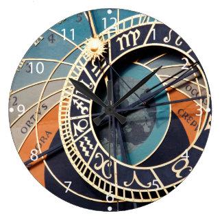 Alte mittelalterliche astrologische Uhr Tscheche