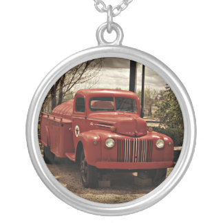 Alte rote Firetruckhalskette Halskette Mit Rundem Anhänger