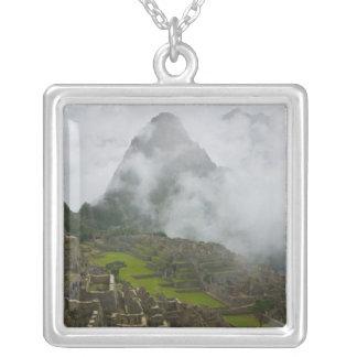 Alte Ruinen von Machu Picchu mit Anden Versilberte Kette
