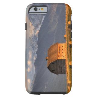 Alte Scheune gerahmt durch Heuballen und drastisch Tough iPhone 6 Hülle