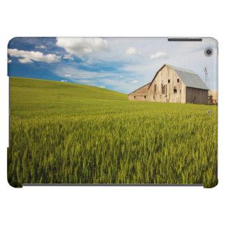 Alte Scheune umgeben durch Frühjahrsweizen-Feld 2 iPad Air Hülle