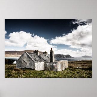 Alte Steinhütte durch das Meer Posterdruck
