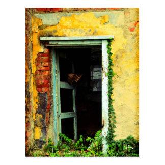 Alte Tür an verlassenem Haus an Balaton Flughafen Postkarte