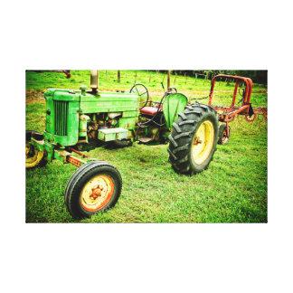 alter Bauernhoftraktor auf Leinwand