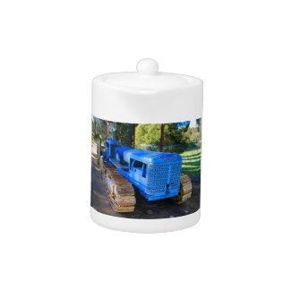 Alter blauer Traktor und Raupe