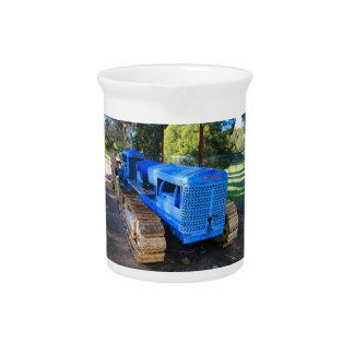Alter blauer Traktor und Raupe Krug