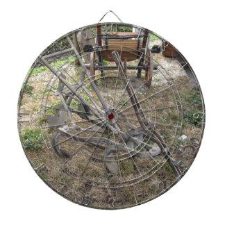 Alter Eisenpflug und andere landwirtschaftliche Dartscheibe
