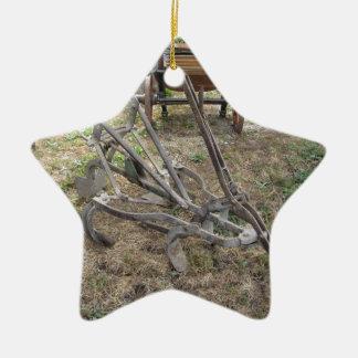 Alter Eisenpflug und andere landwirtschaftliche Keramik Ornament