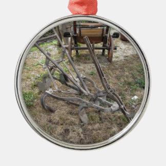 Alter Eisenpflug und andere landwirtschaftliche Silbernes Ornament