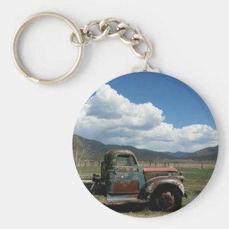 Alter LKW im Bergkeychain Schlüsselanhänger