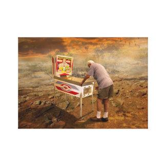 Alter Mann, der Flipperautomaten in der Hinterland Galerie Faltleinwand
